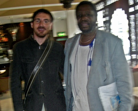 Domingo Ferrandis with the Zimbabwean poet and writer Chenjerai Hove in Londo to make the film for The golden gag Domingo Ferrandis con el poeta y escritor zimbabuense Chenjerai Hove en Londrés para el rodaje de la película The golden gag